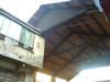 Casa coniugi Chiavazza, cortile: la tettoia con travatura in legno a vista. Fotografia di Roberto Orlandini.