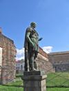 Le Porte Palatine con la statua di Giulio Cesare. Fotografia di Alessandro Vivanti