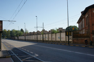 I capannoni industriali lato via Bologna, sulla destra visibile la cancellata progettata da Chevalley nel 1913. Fotografia di EUT 6