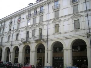 Edificio a uso abitazione e negozi in via Po 24
