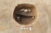 Focolare a fossa della fase di X-XI secolo del villaggio, durante lo scavo (datazione al C14 dei carboni: 960-1050). © Soprintendenza per i Beni Archeologici del Piemonte e del Museo Antichità Egizie.