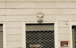 Particolare di uno dei mascheroni che ornano la facciata. Fotografia di Giuseppe Beraudo, 2009.