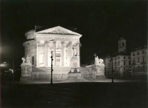 Veduta della chiesa della Gran Madre di Dio di notte. Fotografia di Mario Gabinio, 1933 ca. Fondazione Torino Musei, Archivio Fotografico, Fondo Mario Gabinio. © Fondazione Torino Musei