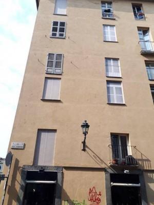 Finestre dipinte a trompe l'oeil in via Luigi des Ambrois angolo piazza Carlo Emanuele II