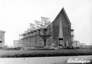 Chiesa del Gesù Redentore in costruzione, tra terreni vuoti, 1957 © EUT 2