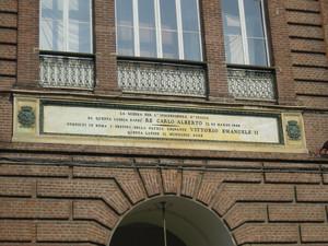 Lapide dedicata al proclama della Prima guerra di indipendenza italiana. Fotografia di Elena Francisetti, 2010. © MuseoTorino.