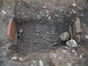 Sepoltura a inumazione di un bambino, con il corredo funerario ancora in posto, © Soprintendenza per i Beni Archeologici del Piemonte e del Museo Antichità Egizie.