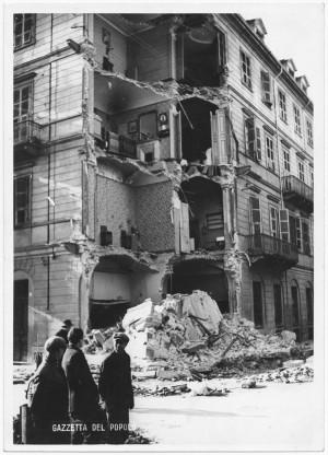 Via Passalacqua ang. Via Filippo Juvarra. Edificio colpito in pieno nell'angolo da bomba dirompente […]. Effetti prodotti dai bombardamenti dell'incursione aerea del 20-21 novembre 1942. UPA 1782_9B01-18. © Archivio Storico della Città di Torino
