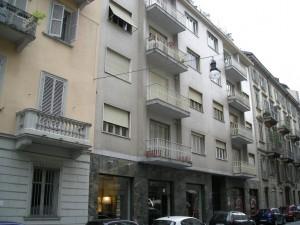 Edificio a uso abitazione e negozi in via San Quintino 23