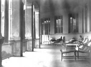 """Il Birago di Vische in un'immagine d'archivio. Loggiati della """"cura dell'aria"""" per i malati affetti da tubercolosi. Archivio Storico Relazioni Esterne ASL1."""