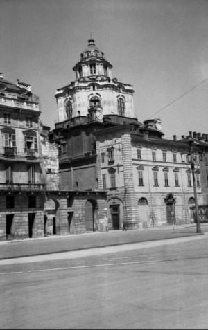 Palazzo bombardato in piazza Castello. Fotografia senza data ma post 1943