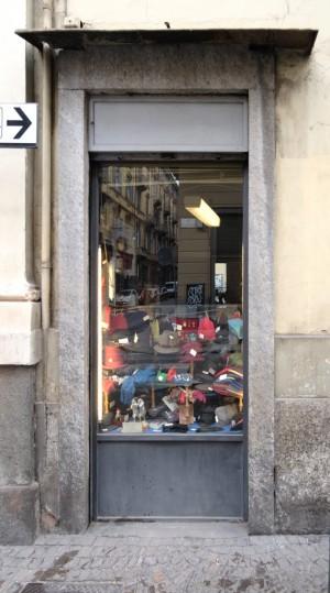 Berrettificio Militare Benedetti, vetrina dall'esterno, 2017 © Archivio Storico della Città di Torino