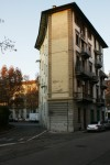 Il caseggiato visto da via Damiano; è perfettamente riconoscibile la curva sede dei binari ferroviari. Fotografia di Giuseppe Beraudo, 2010.