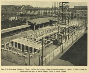 Il cantiere di costruzione in cui si evidenziano gli elementi prefabbricati utilizzati e le tettoie per la loro produzione.