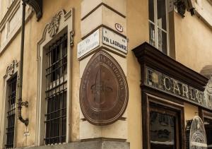 Guido Gobino, cioccolato, ex Villarboito, tipografia, particolare della nuova insegna angolare, 2017 © Archivio Storico della Città di Torino