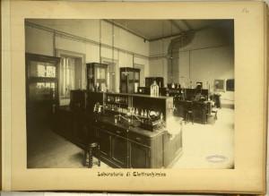 Regio Museo Industriale, Laboratorio di elettrochimica. Da R. Museo Industriale Italiano. Torino, C. Favale e Compagnia, Torino s.d. (1871). Torino, Biblioteche Civiche