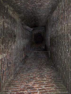 Esalatore a sezione rettangolare aperto nella volta della galleria di contromina del Pastiss. Fotografia di Fabrizio Zannoni.