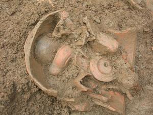Particolare del vaso con le lucerne al momento del rinvenimento, © Soprintendenza per i Beni Archeologici del Piemonte e del Museo Antichità Egizie