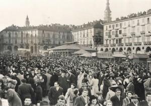 Piazza Vittorio affollata per carnevale, anni Cinquanta © Archivio Storico della Città di Torino (GDP sez I 426A_005)