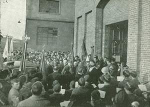 Il cardinale Maurilio Fossati apre al culto il salone-chiesa provvisorio il 26 novembre 1950. © Archivio parrocchiale