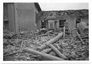 Via Passo Buole 74, Parrocchia del Lingotto. Effetti prodotti dai bombardamenti dell'incursione aerea del 4 giugno 1944. UPA 4618_9F01-03. © Archivio Storico della Città di Torino/Archivio Storico Vigili del Fuoco