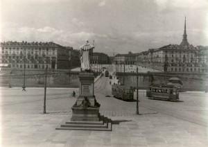 Giuseppe Gaggini, Monumento a Vittorio Emanuele I di Savoia, 1849. Fotografia di Mario Gabinio, 1925 ca. © Fondazione Torino Musei - Archivio fotografico.