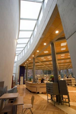 Interno della biblioteca civica di villa Amoretti. Fotografia di Roberto Goffi, 2006.