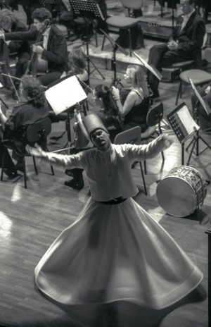 SettembreMusica 2004, L'Oriente immaginario (danzatori dervisci rotanti), Conservatorio Giuseppe Verdi. Fotografia di Lorenzo Avico, 11.09.2004. Archivio fotografico MITO SettembreMusica - Archivio storico della città di Torino