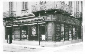 Confetteria Pasticceria Mondo, ripresa fotografica: 1925-1930, (Riproduzione da libro: Artusio, L. - Bocca, M. - Governato, M., 2005 p. 95 n.173)