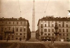 Obelisco alle leggi Siccardi, 1853. Fotografia di Mario Gabinio, 1920 ca. © Fondazione Torino Musei - Archivio fotografico