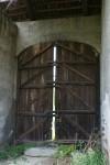 Portone di accesso alla cascina Cabianca visto dall'interno della cascina stessa. Fotografia di Edoardo Vigo, 2012.