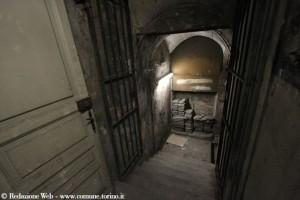 Rifugio antiaereo di Palazzo Civico, la scala che porta ai sotterranei di Palazzo Civico, prima del restauro, 2009 © Redazione Web – www.comune.torino.it