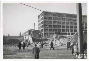 Via Nizza, stabilimento FIAT Lingotto. Effetti prodotti dai bombardamenti dell'incursione aerea del 3 gennaio 1944.  UPA 4308_9E04-54. © Archivio Storico della Città di Torino/Archivio Storico Vigili del Fuoco