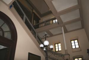 Lo scalone tardottocentesco nei pressi dell'atrio dell'ingresso. Fotografia di Enrico Lusso per MuseoTorino.