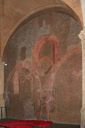 La complessa stratigrafia delle pareti dell'ambiente che ha occupato l'area della corte interna. Fotografia di Enrico Lusso, 2010.