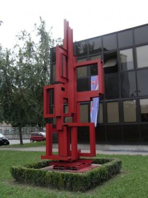 """Centro civico circoscrizionale di corso Vercelli 15. """"Contrappunto-Scultura modulare urbana"""" di Massimo Ghiotti. Fotografia L&M, 2011."""