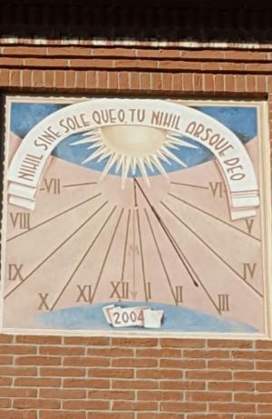 Orologio solare, palazzina in via delle Pervinche, 32