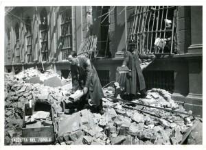 Biblioteca civica Centrale dopo il bombardamento, salvataggio dei libri superstiti, 1943. Biblioteca civica Centrale © Biblioteche civiche torinesi