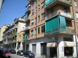 Edificio a uso abitazione e negozi in via Valprato 28