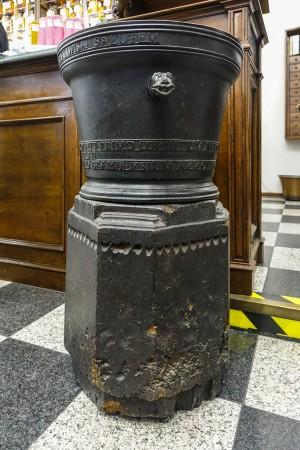 Farmacia Montanaro-Bacolla, mortaio in bronzo dell'antica farmacia di Cocconato, 2017 © Archivio Storico della Città di Torino