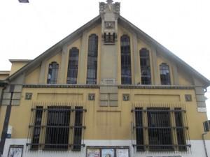 Particolare dell'edificio dei lavatoi con decorazione a motivi zoomorfi e ampie vetrate nella parte alta. Al piano terra vi è il salone polivalente. Fotografia L&M, 2011