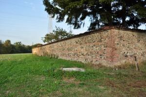 Muro perimetrale ovest della cascina Mineur. Fotografia di IleniaZappavigna, 2012.