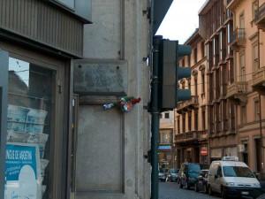 Lapide dedicata a Giovanni Moncalvo in via Pietro Micca angolo via Botero © Istoreto