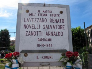 Lapide dedicata a Renato Lavezzaro, Salvatore Novelli, Arnaldo Zanotti, in largo Giachino 91. Fotografia di Sergio D'Orsi, 2013