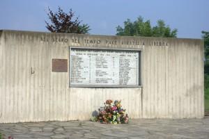 La lapide dedicata ai caduti. Fotografia di Giuseppe Caiafa, 2011