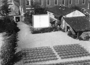 Cinema all'aperto nel 1951 durante i lavori di costruzione della nuova sala; lo stabile dietro lo schermo è quello occupato dalla vecchia sala. Archivio Oratorio Michele Rua