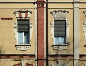 Istituto Povere Figlie di San Gaetano, dettaglio delle finestre, da lungo Dora Napoli 76. Fotografia di Fabrizio Diciotti, 2014