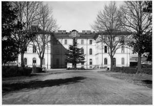 Ospedale Amedeo di Savoia. La Palazzina della direzione e degli uffici amministrativi vista dall'interno del complesso ospedaliero, 1930. Archivio Storico Relazioni Esterne ASL TO1.