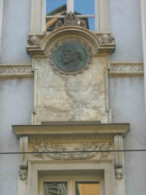 Lapide dedicata alla prima esecuzione dell'Inno di Mameli, scultore Edoardo Rubino. Fotografia di Elena Francisetti, 2010. © MuseoTorino