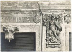 Baratti & Milano, particolare della nuova devanture con l'allegoria dell'autunno di E. Rubino, Fotografia Gian Carlo Dall'Armi, 1911 © Archivio Storico della Città di Torino (inv. R0310165)
